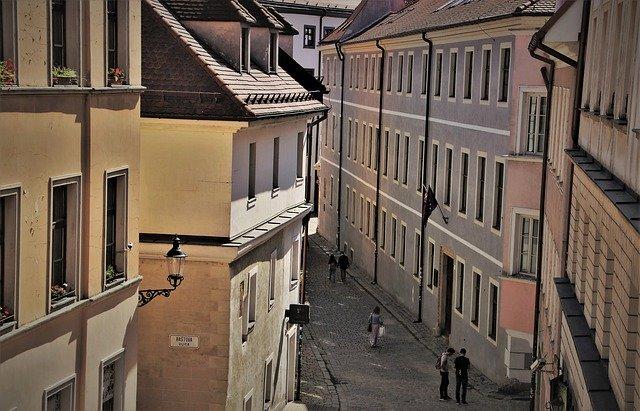 ulice mezi domy.jpg