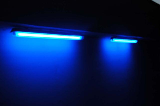 modré zářivkové osvětlení