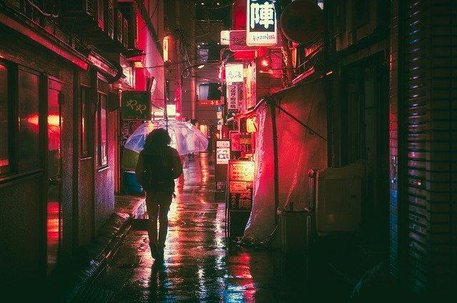 Noční ulice plná reklam